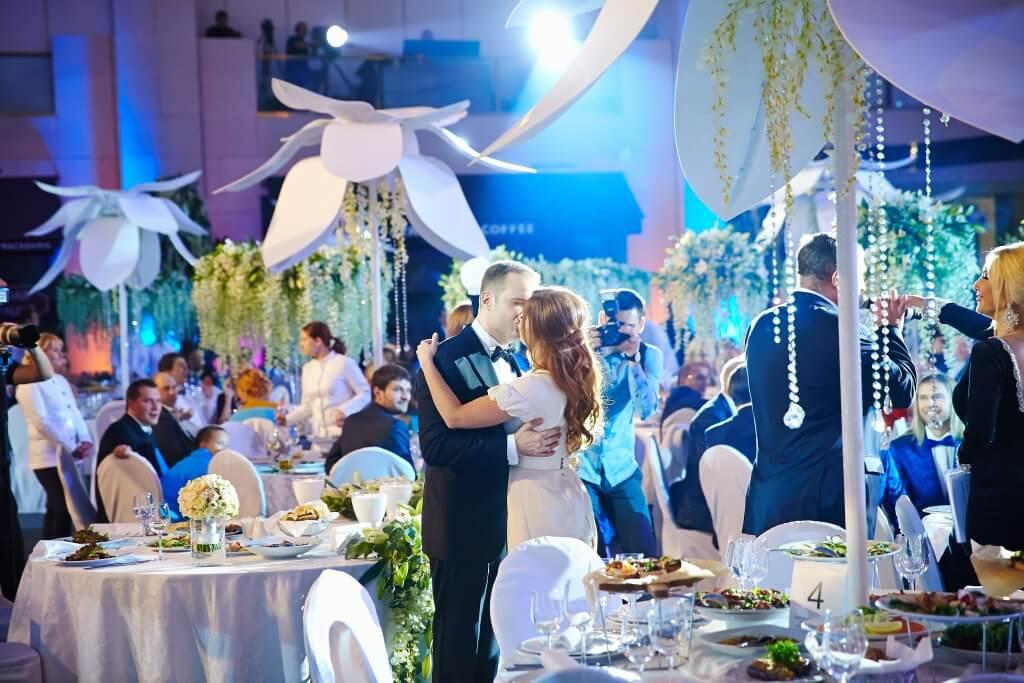 Поцелуй невесты и жениха